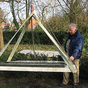 Plaatsing monument begraafplaats - Overkamp Gedenktekens